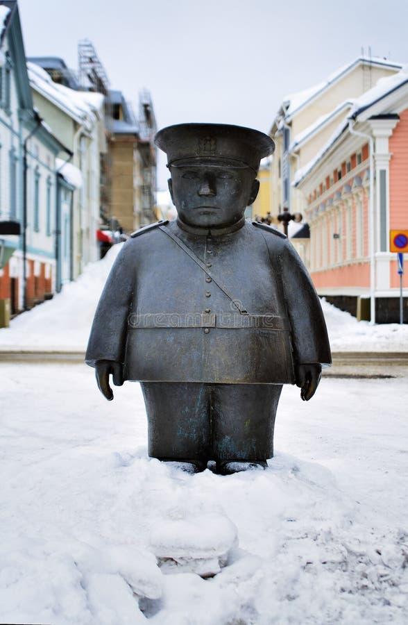 Beeldhouwwerk van een politieagent in Oulu, Finland royalty-vrije stock afbeelding
