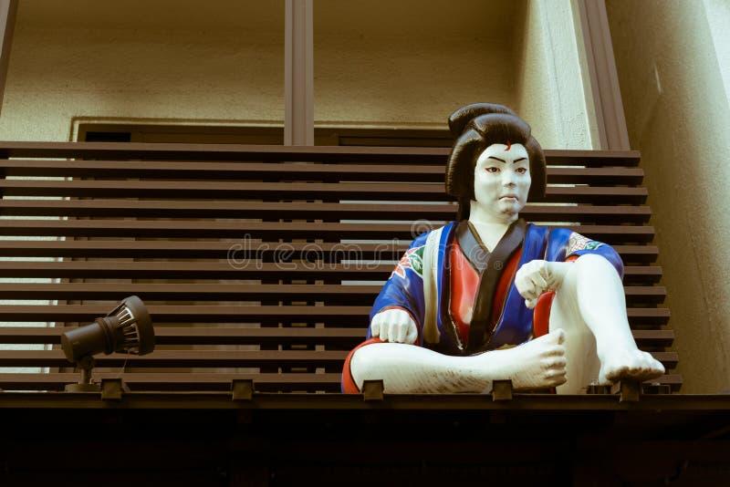 Beeldhouwwerk van een samoeraienzitting op het dak in Tokyo, Japan royalty-vrije stock fotografie