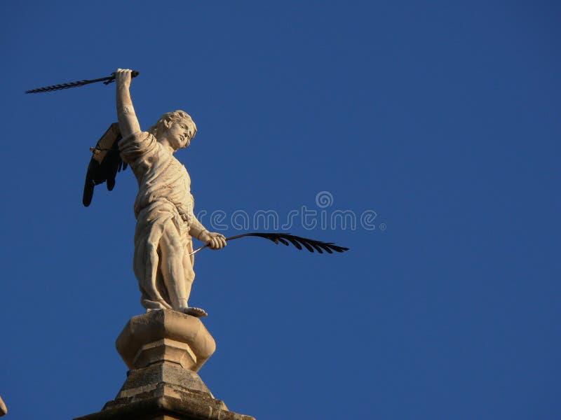 Beeldhouwwerk van engel met pen en zwaard royalty-vrije stock foto