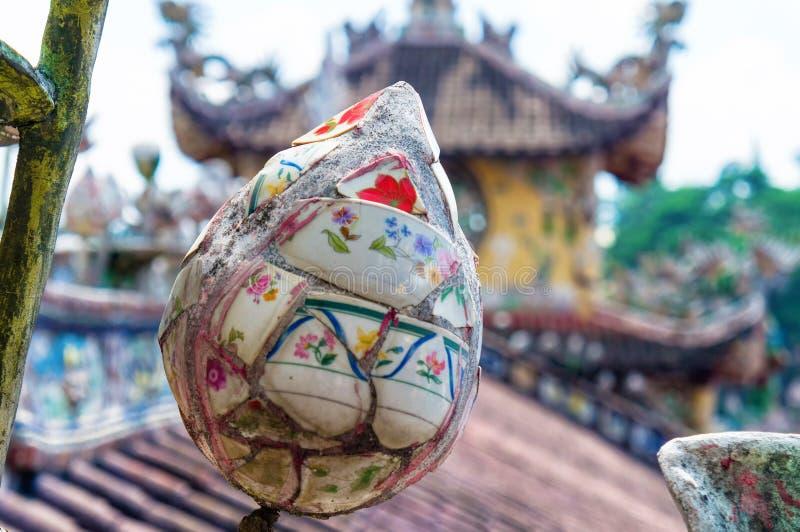 Beeldhouwwerk van forforfragmenten op het dak van de pagode stock foto's