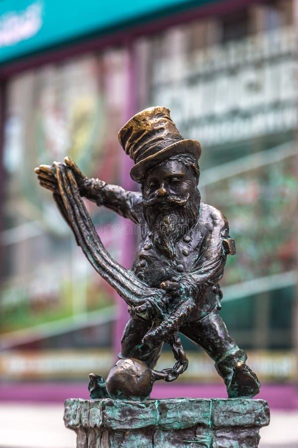Beeldhouwwerk van gnoom van sprookje in Wroclaw stock foto