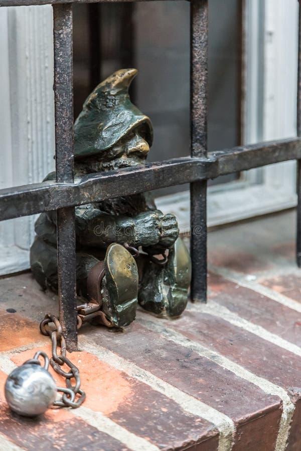 Beeldhouwwerk van gnoom van sprookje in Wroclaw stock afbeeldingen