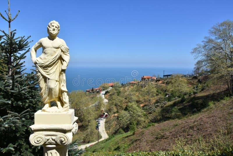 Beeldhouwwerk van Griekse god bij olymposberg stock fotografie