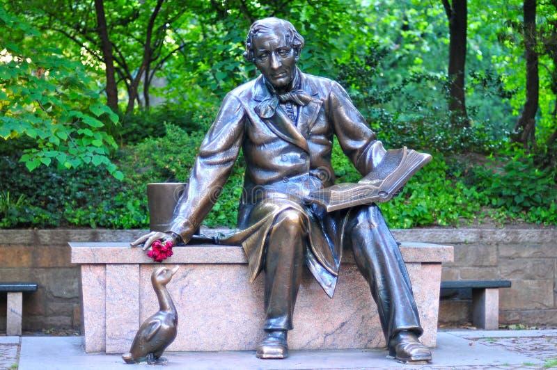 Beeldhouwwerk van Hans Christian Andersen in het Central Park stock afbeelding