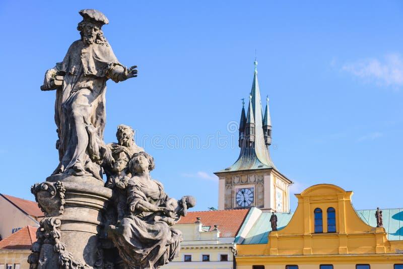 Beeldhouwwerk van Heilige Ivo in Praag - patroon van bedelaars en armen in de stad royalty-vrije stock fotografie