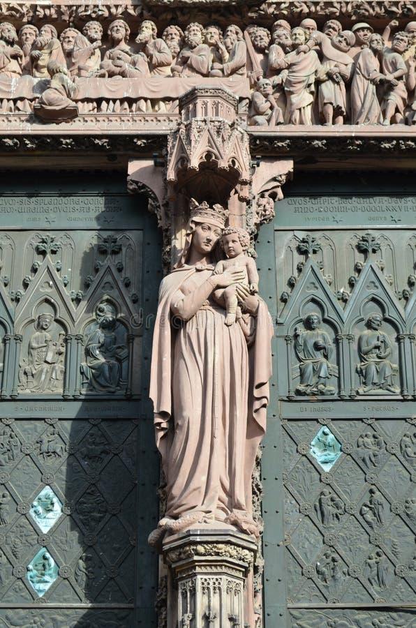 Beeldhouwwerk van heilige maagdelijke Mary bij de Kathedraal van Straatsburg stock foto
