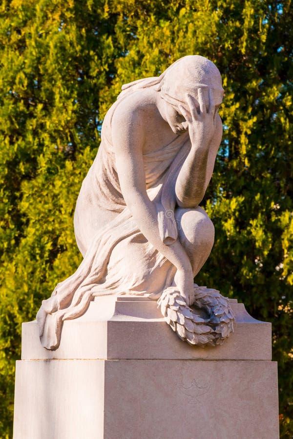 Beeldhouwwerk van huilende vrouw op de Begraafplaats van Oakland, Atlanta, de V.S. royalty-vrije stock fotografie