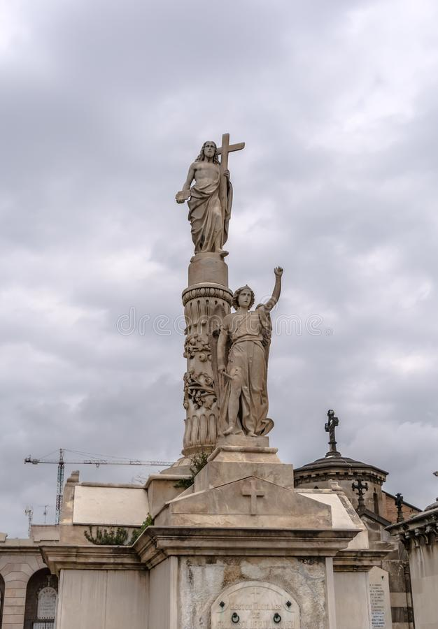 Beeldhouwwerk van Jesus en engel op crypt in Poblenou-Begraafplaats stock fotografie