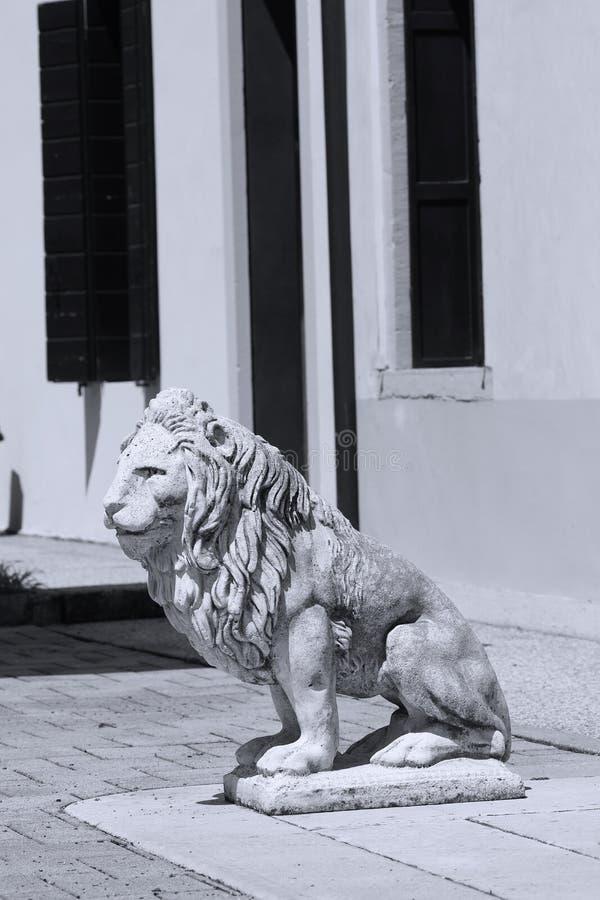 Beeldhouwwerk van leeuw in het Italiaans tuin stock afbeeldingen