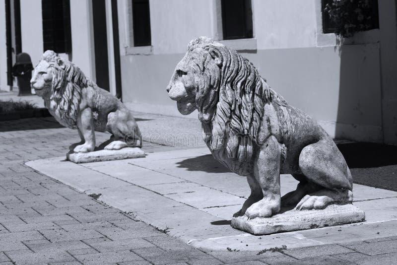 Beeldhouwwerk van leeuw in het Italiaans tuin stock foto's