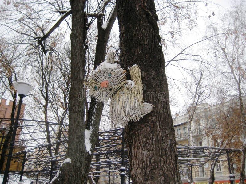 beeldhouwwerk van plastic beschikbaar vorkenkatje op een boom in een stadspark royalty-vrije stock foto's