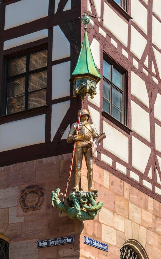 Beeldhouwwerk van ridder met draak in Nuremberg stock fotografie