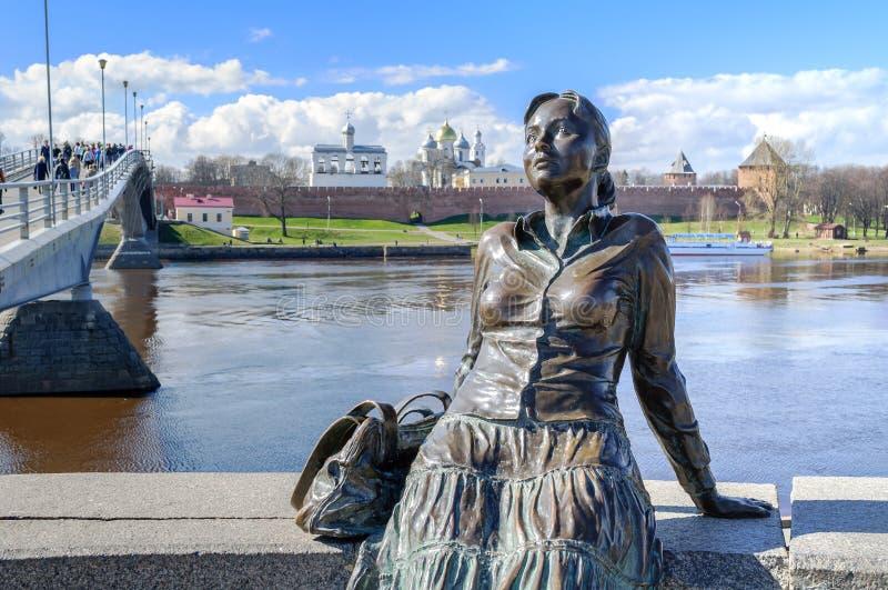 Beeldhouwwerk van vermoeid toeristenmeisje (nadruk bij het meisje) in Veliky Novgorod royalty-vrije stock afbeelding