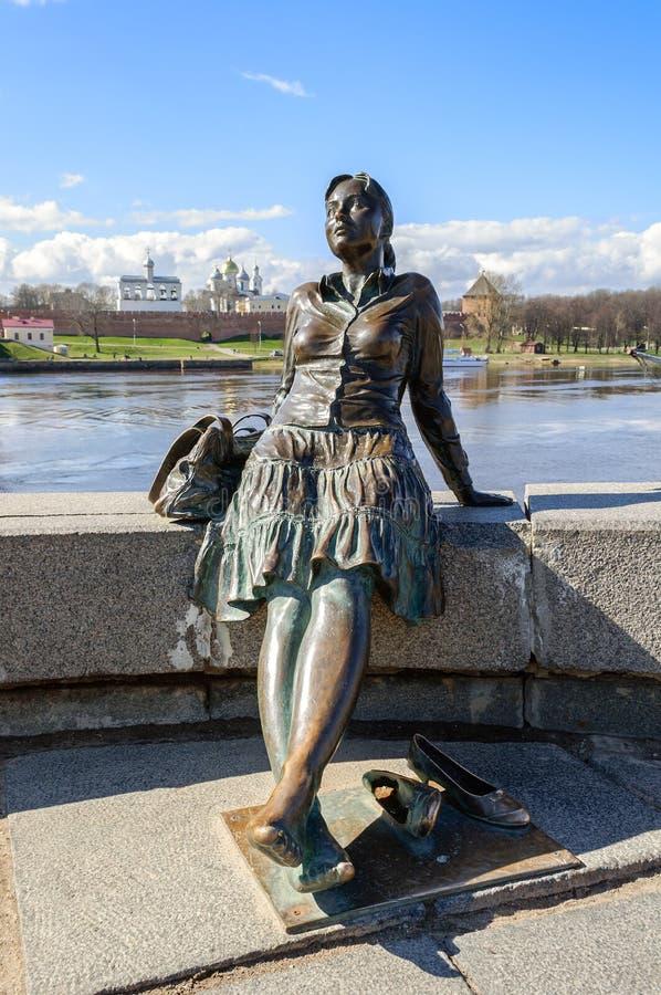 Beeldhouwwerk van vermoeid toeristenmeisje (nadruk bij het meisje) in Veliky Novgorod stock fotografie