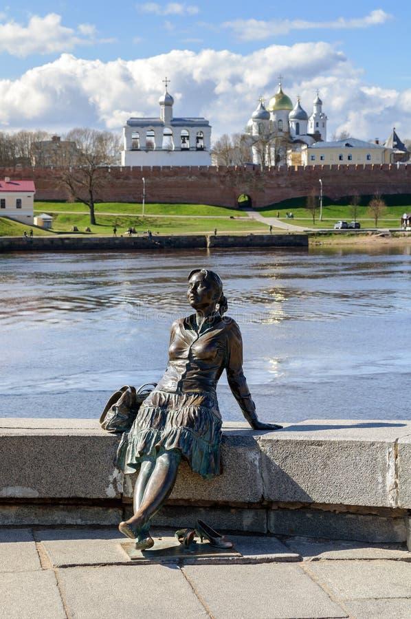 Beeldhouwwerk van vermoeid toeristenmeisje (nadruk bij het meisje) in Veliky Novgorod stock afbeelding