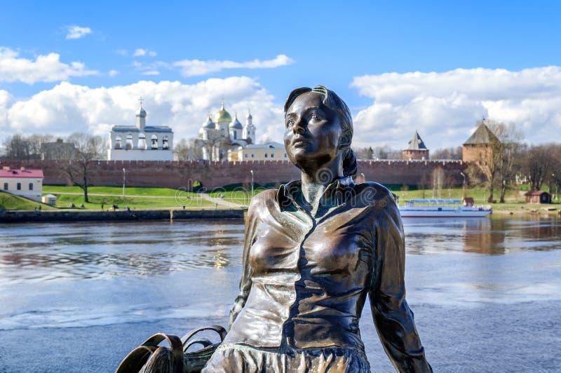 Beeldhouwwerk van vermoeid toeristenmeisje (nadruk bij het meisje) in Veliky Novgorod royalty-vrije stock foto's