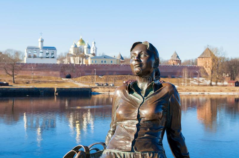 Beeldhouwwerk van vermoeid toeristenmeisje in Veliky Novgorod, Rusland royalty-vrije stock afbeeldingen