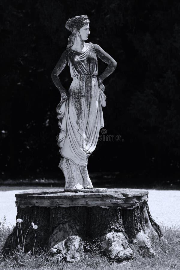Beeldhouwwerk van vrouw in het Italiaans tuin stock fotografie