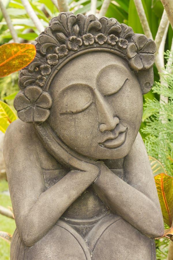 Beeldhouwwerk van vrouw in Thaise tuin stock afbeeldingen