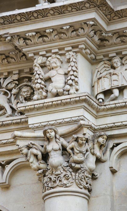 Beeldhouwwerken bij de barokke kerk van Santa Croce in Lecce, Italië stock fotografie
