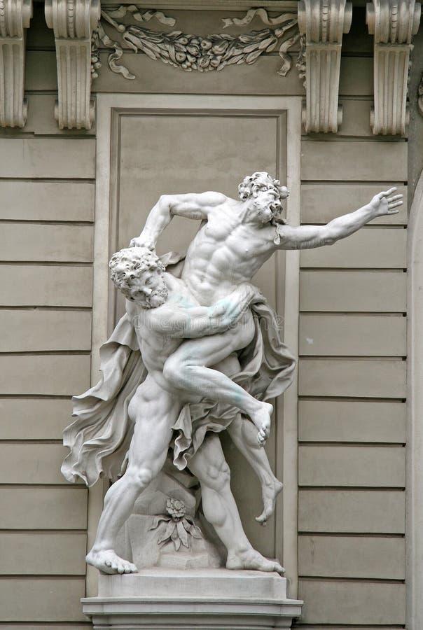 Beeldhouwwerken Hercules Wrestling Antaeus dichtbij het Hofburg-Paleis in Wenen, Oostenrijk stock afbeelding