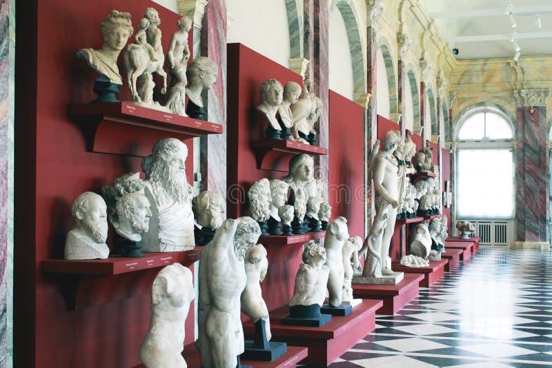 Beeldhouwwerken in museum stock fotografie