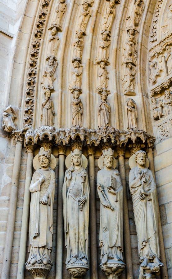 Beeldhouwwerken op St Anne Portal op de westelijke voorgevel van Notre Dame royalty-vrije stock afbeelding
