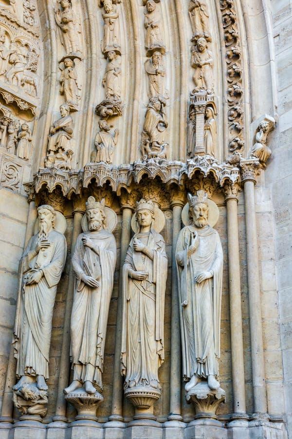 Beeldhouwwerken op St Anne Portal op de westelijke voorgevel van Notre Dame royalty-vrije stock afbeeldingen