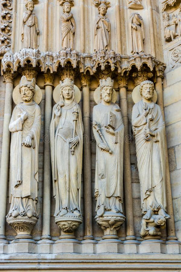 Beeldhouwwerken op St Anne Portal op de westelijke voorgevel van Notre Dame royalty-vrije stock fotografie
