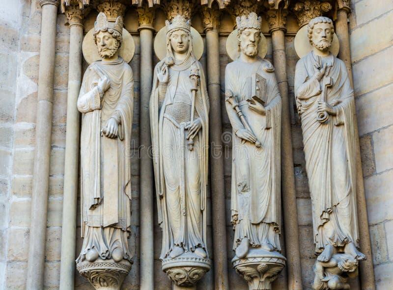 Beeldhouwwerken op St Anne Portal op de westelijke voorgevel van Notre Dame royalty-vrije stock foto's