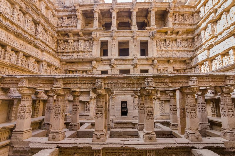 Beeldhouwwerken van god en godinnen bij Ranien ki vav in Patan, Gujarat stock afbeelding