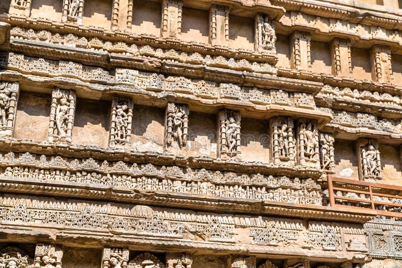 Beeldhouwwerken van godinnen bij Ranien ki vav, ingewikkeld geconstrueerd stepwell in Patan - Gujarat, India stock afbeelding