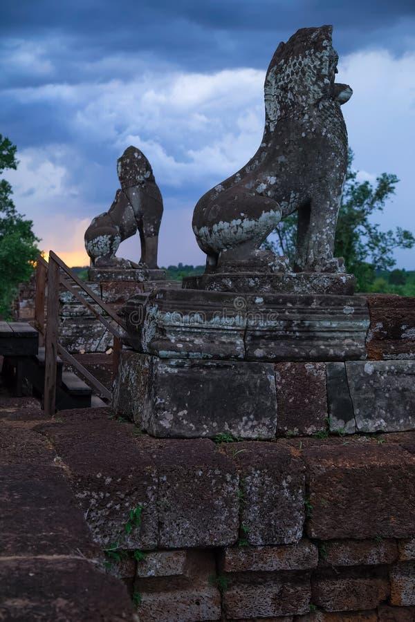 Beeldhouwwerken van leeuwen bovenop Prerup-tempel rond Angkor Wat royalty-vrije stock foto's