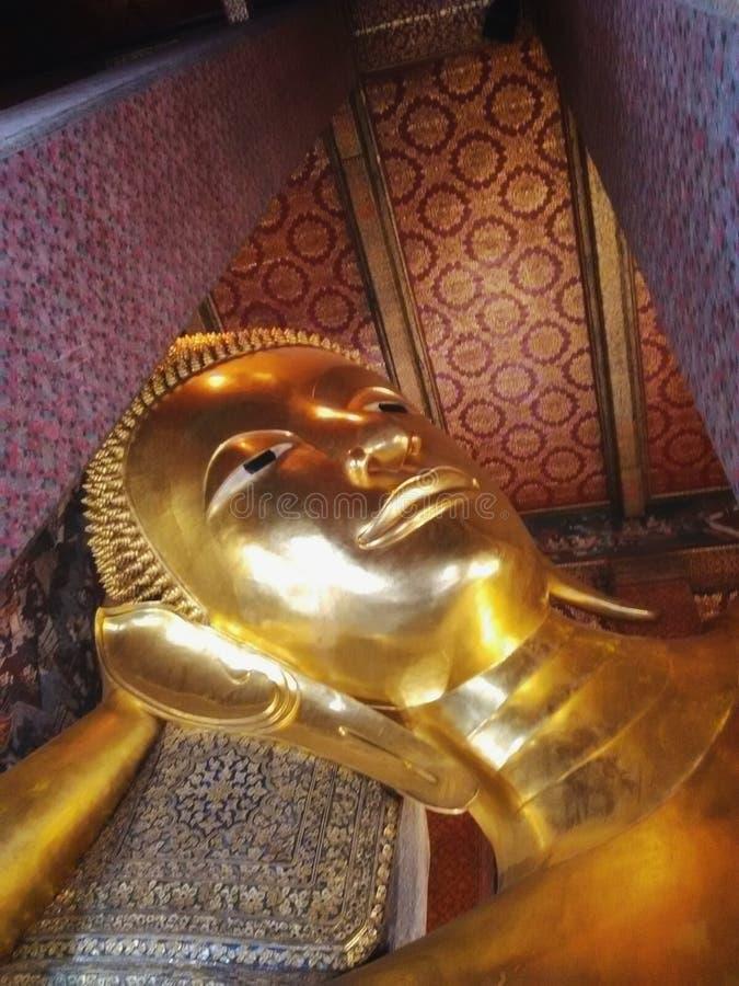 Beeldhouwwerkhoofd en gezicht gouden Boedha royalty-vrije stock afbeeldingen