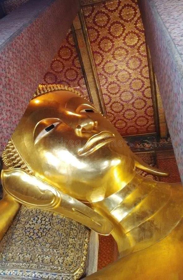 Beeldhouwwerkhoofd en gezicht gouden Boedha royalty-vrije stock foto's