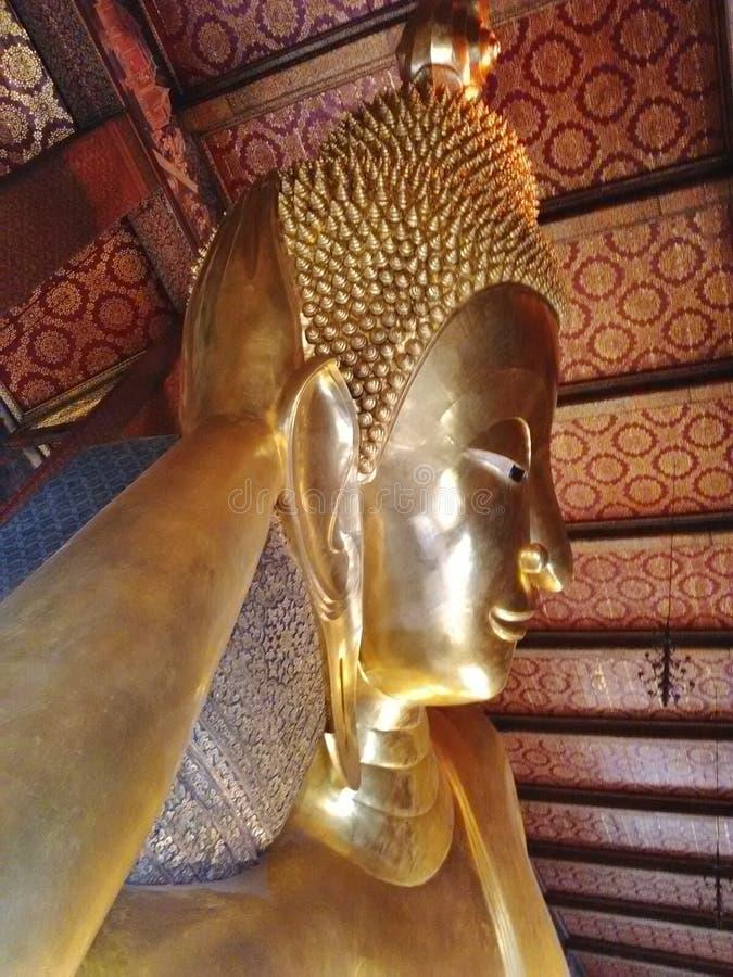 Beeldhouwwerkhoofd en gezicht gouden Boedha stock afbeelding