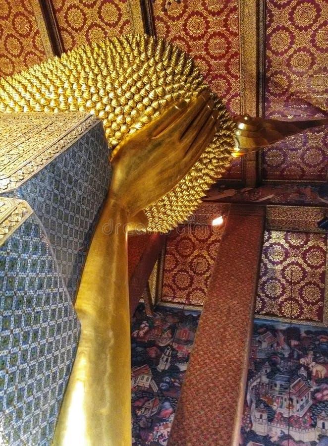 Beeldhouwwerkhoofd en gezicht gouden Boedha royalty-vrije stock foto