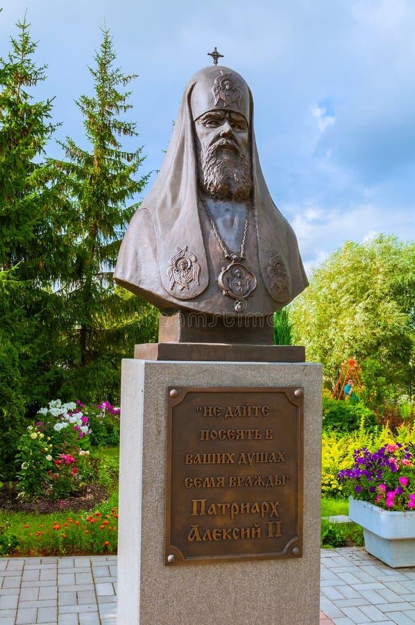Beeldhouwwerkmonument aan Patriarch Alexy II in Zverin-Klooster in Veliky Novgorod stock foto