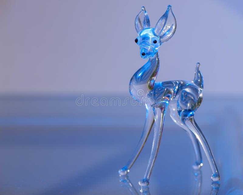 Beeldje van een hert van glas wordt gemaakt dat royalty-vrije stock foto's