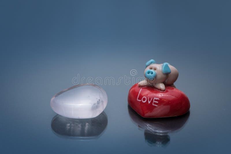 Beeldje van een leuk klein varken die op een rode steen liggen royalty-vrije stock foto