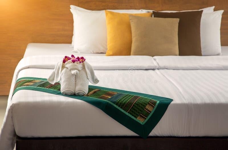 Beeldje van een olifant van handdoeken op het bed royalty-vrije stock afbeeldingen