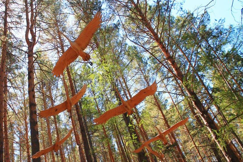 Beeldjes van houten kranen in het bos royalty-vrije stock afbeeldingen
