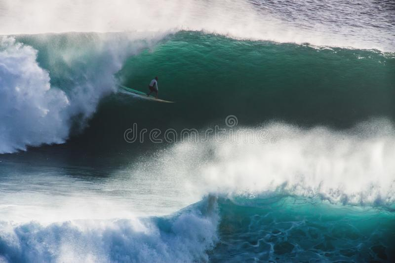 Beeldsurfer op Blauwe Oceaan Grote Non-conformistengolf in Californië royalty-vrije stock afbeeldingen