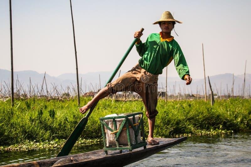 Been-roeiende Visser, Inle-Meer, Shan State, Myanmar stock afbeelding