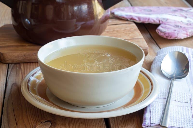 Beenbouillon van kip wordt gemaakt in een soepkom die wordt gediend royalty-vrije stock afbeeldingen
