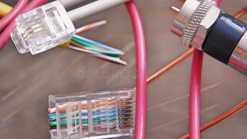 Beendete Drähte und Kabel lizenzfreie stockfotografie