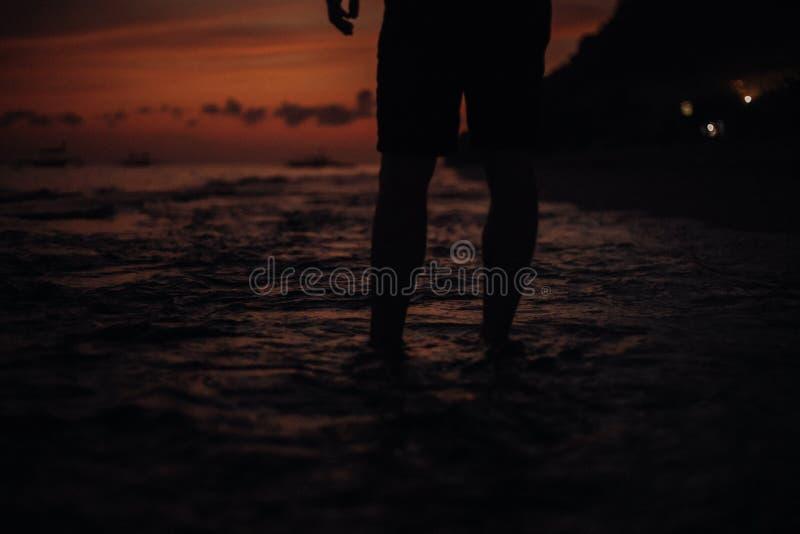 Beenportret Een jonge kereltreinen op het strand - concept over mensen, levensstijl en sport Een jongenstribune Silhouet stock foto