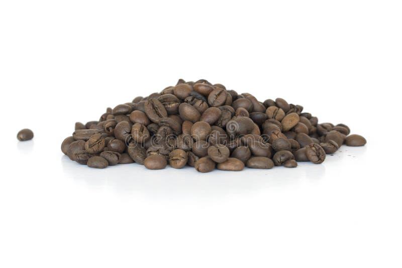 Beens del café en el fondo blanco imagen de archivo