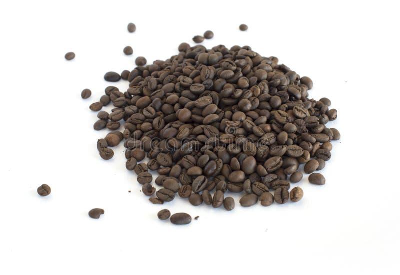 Beens do café no fundo branco imagens de stock