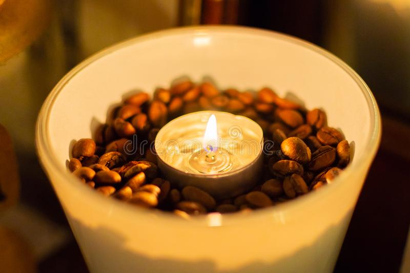 Beens e candele del caffè in un vaso di vetro fotografie stock libere da diritti